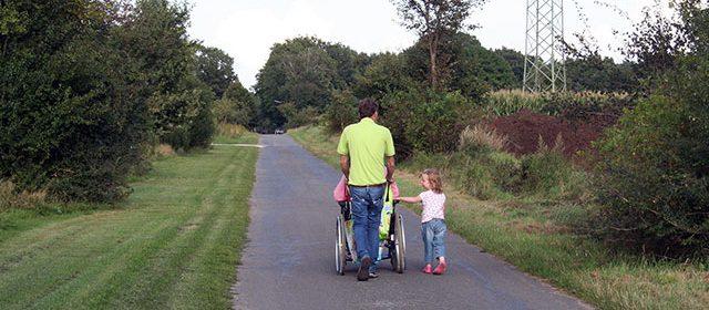 promenade en famille et fauteuil roulant