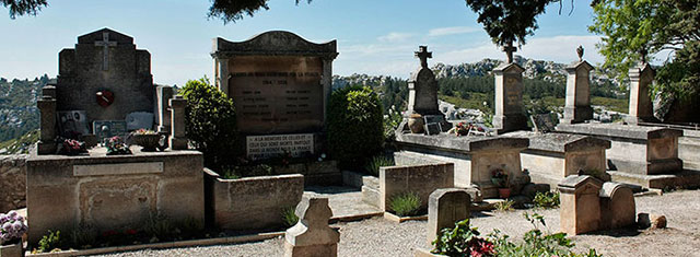 Un cimetière et ses tombes.