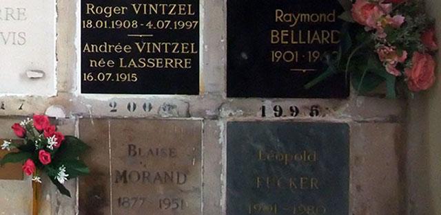 Plaques au crématorium du Père Lachaise, plus grand cimetière de Paris.