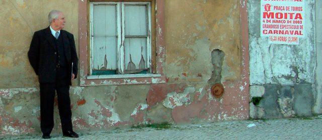 vieil homme devant sa maison